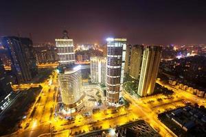 moderne stadsgezicht en verkeer tijdens de nacht foto