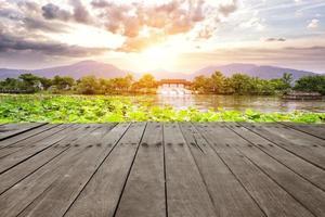 plank, west lake en skyline tijdens zonsopgang foto