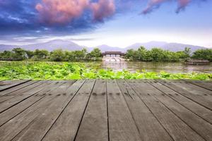 plank board tegenover west lake en skyline foto