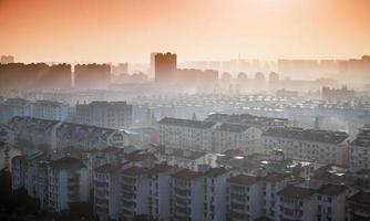 heldere kleurrijke zonsopgang boven de stad Hangzhou, China foto