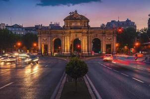 nacht uitzicht op de puerta de alcala in madrid foto