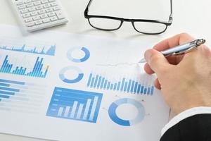 zakenman grafiek tekenen op document foto