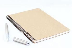 notitieboek en zilveren vulpen foto