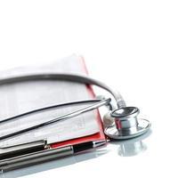 stethoscoop met rode medische klembord foto