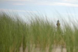 strand met vuurtoren foto