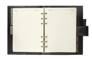 leeg notitieboekje met zwarte dekking die op wit wordt geïsoleerd