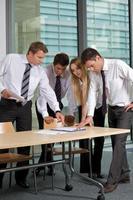 commercieel team dat document in bureau bekijkt