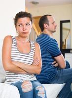 vrouw en woedende echtgenoot die scheiding bespreken foto