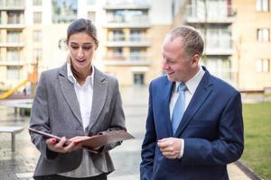 twee mensen uit het bedrijfsleven bespreken buiten het kantoor foto