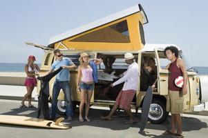 jongeren met de camper foto