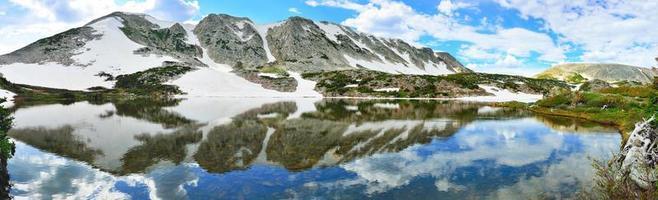 panoramisch uitzicht op besneeuwde bergen foto