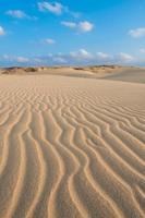 golven op zandduinen chaves strand - boavista kaapverdië foto
