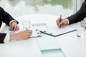 het bespreken van financiële documenten foto