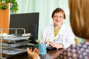 vrouwelijke arts en patiënt bespreken iets foto