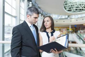 zakenman en vrouw die het werk bespreken foto