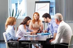 mensen uit het bedrijfsleven bespreken tijdens vergadering