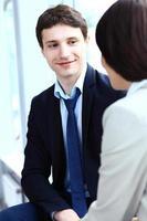 afbeelding van twee zakenpartners die werkzaamheden plannen foto