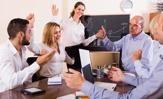 bekijken op werkvergadering met diagram op achtergrond foto