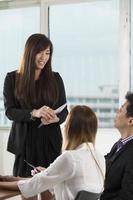 Aziatische business team met een bijeenkomst foto