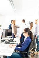 werken in een modern kantoor foto