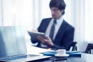 zakenman met tablet op het werk