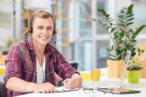 vrolijke klant oppervlak vertegenwoordiger werkt op kantoor foto