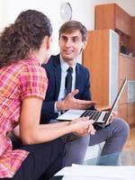 zakenman in gesprek met de klant