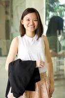 jonge vrouwelijke Aziatische directeur lachend portret