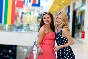 twee vrouw vrienden in winkelcentrum foto