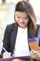 jonge vrouwelijke Aziatische uitvoerende bedrijfsdossier