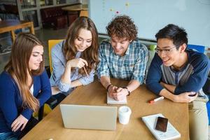 managers bespreken presentatie van nieuw project in office