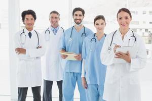 glimlachende dokters staan allemaal samen foto
