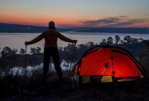 wandelaar, tent en zonsopgang foto