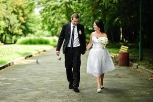 jonge pasgetrouwde blanke paar gelukkig samen. foto