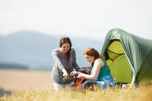 twee tienermeisjes op kamperen op het platteland foto