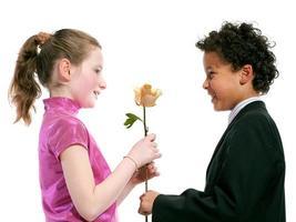 Sex tussen verschillendre rassen paar lacht samen geïsoleerd op een witte achtergrond foto