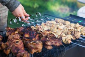 koken gegrilde sjasliek op barbecue