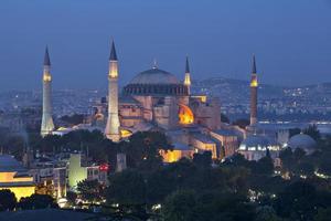 istanbul - hagia sophia 's nachts verlicht foto
