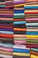 gestapelde kleurrijke stoffen