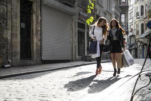 twee meisjes in het winkelen op straat