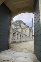poort naar binnenplaats van suleymaniye moskee in istanbul 2015 foto