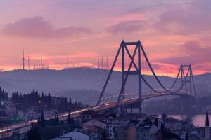 Bosporus-brug en verkeer bij dageraad foto