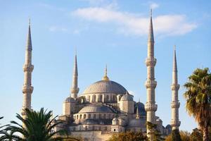 blauwe moskee in istanbul op een zonnige dag foto