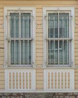 houten huis lambrisering en raam foto