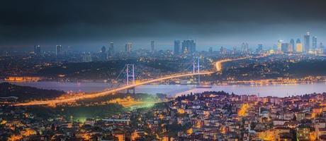 uitzicht op de Bosporus-brug 's nachts Istanbul