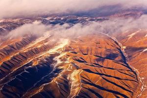 uitzicht vanaf het vliegtuig naar de bergen van de himalaya foto
