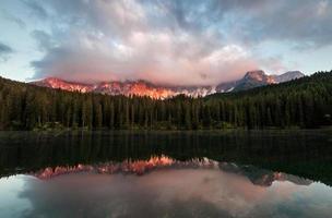 Lago di Carezza bij zonsondergang foto