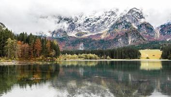 lago di fusine mangart meer in de herfst of winter foto