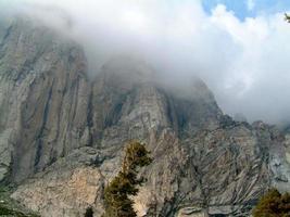 bergtop in de wolken foto