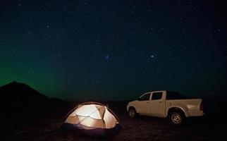 vrachtwagen geparkeerd door camping foto